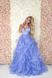 Bello modello della sposa in vestito da sposa stupefacente blu Giovane donna di bellezza sui precedenti dei fiori - immagine immagini stock libere da diritti