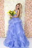Bello modello della sposa in vestito da sposa stupefacente blu Giovane donna di bellezza sui precedenti dei fiori - immagine immagini stock