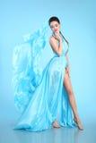 Bello modello di alta moda in blu che soffia vestito chiffon glam Fotografia Stock Libera da Diritti