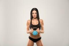 Bello modello di forma fisica con i pesi Immagini Stock Libere da Diritti