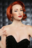 Bello modello di moda del Pinup della testa di rosso sull'insieme disegnato Fotografia Stock Libera da Diritti