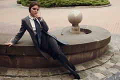 Bello modello di moda In Fashionable Clothing sulla via Fotografia Stock Libera da Diritti