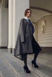 Bello modello di moda In Fashionable Clothing sulla via Immagine Stock