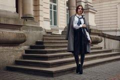 Bello modello di moda In Fashionable Clothing sulla via fotografie stock
