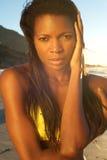 Bello modello di moda femminile afroamericano in bikini Fotografia Stock
