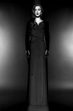 Bello modello di moda in vestito nero in studio fotografie stock