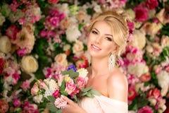 Bello modello di modo Sposa sensuale Donna con il vestito da sposa Immagini Stock