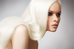 Bello modello elegante con capelli diritti biondi lunghi Fotografie Stock Libere da Diritti