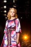 Bello modello femminile ad una sfilata di moda (Russia Fotografia Stock Libera da Diritti