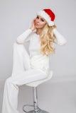 Bello modello femminile biondo sexy vestito come Santa Claus in uno spiritello malevolo Fotografie Stock Libere da Diritti