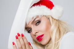 Bello modello femminile biondo sexy vestito come Santa Claus in uno spiritello malevolo Fotografia Stock