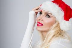 Bello modello femminile biondo sexy vestito come Santa Claus in uno spiritello malevolo Immagine Stock