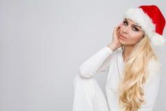Bello modello femminile biondo sexy vestito come Santa Claus in uno spiritello malevolo Fotografie Stock