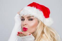 Bello modello femminile biondo sexy vestito come Santa Claus in uno spiritello malevolo Immagini Stock