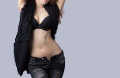 Bello modello femminile che porta un bomber fotografia stock