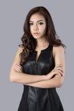 Bello modello femminile che porta un vestito di cuoio Immagini Stock