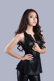Bello modello femminile che porta un vestito di cuoio fotografie stock libere da diritti