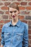 Bello modello fuori delle sfilate di moda di Trussardi che costruiscono per la settimana 2014 del modo di Milan Women Immagine Stock Libera da Diritti