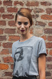 Bello modello fuori delle sfilate di moda di Trussardi che costruiscono per la settimana 2014 del modo di Milan Women Fotografia Stock Libera da Diritti