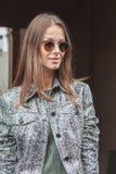 Bello modello fuori delle sfilate di moda di Trussardi che costruiscono per la settimana 2014 del modo di Milan Women Immagini Stock Libere da Diritti