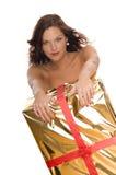 Bello modello nudo dietro un grande regalo di natale Fotografia Stock Libera da Diritti