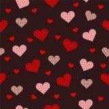 Bello modello senza cuciture con cuore rosa su fondo rosso immagine stock