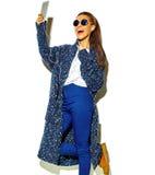 Bello modello in vestiti alla moda di estate in studio Immagine Stock