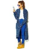 Bello modello in vestiti alla moda di estate in studio Immagine Stock Libera da Diritti