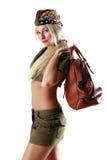 Bello modello in vestiti militari con il sacchetto Fotografie Stock
