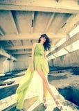 Bello modello in vestito verde che posa nella posizione di lerciume immagine stock libera da diritti