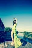 Bello modello in vestito verde che posa nella posizione di lerciume fotografie stock libere da diritti
