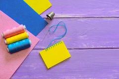 Bello modo attaccare feltro a feltro Variazione semplice del punto generale Strati Colourful del feltro, insieme del filo, ditale Immagine Stock Libera da Diritti