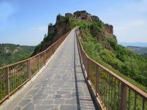 Bello modo a Civita di Bagnoregio famoso con il fiume va del Tevere immagine stock libera da diritti