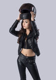 Bello motociclista femminile che porta un bomber immagine stock