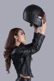 Bello motociclista femminile che porta un bomber fotografia stock