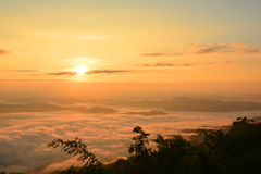 Bello Mountain View del paesaggio all'aumento del sole con la foschia fotografia stock libera da diritti
