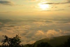 Bello Mountain View del paesaggio all'aumento del sole con la foschia immagini stock libere da diritti