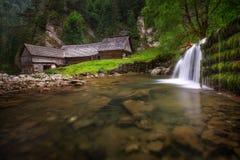 Bello mulino a acqua di legno alla valle nazionale di dolina di Kvacianska della riserva naturale La Repubblica Slovacca Immagine Stock