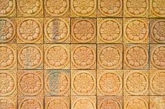 Bello muro di mattoni con il reticolo di fiore immagine stock
