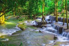 Bello naturale della cascata di Huay Mae Khamin, Kanchanaburi pro fotografia stock
