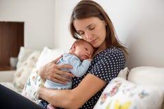 Bello neonato in armi delle nonne Fotografie Stock Libere da Diritti