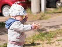 Bello neonato che gioca sul campo da giuoco con sua madre È vestito in una bici leggera Fotografie Stock Libere da Diritti