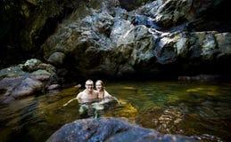 Bello nuoto delle coppie in cascata fotografia stock libera da diritti