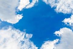 Bello nuvoloso e cielo blu Immagini Stock