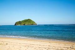 Bello oceano blu e spiaggia di sabbia bianca immagine stock