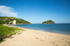 Bello oceano blu e spiaggia di sabbia bianca immagine stock libera da diritti