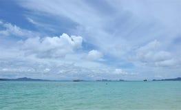 Bello oceano con cielo blu Fotografia Stock