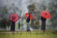 Bello ombrello di rosso delle ragazze Immagini Stock Libere da Diritti