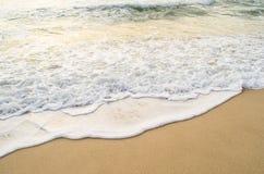Bello ondeggi morbidamente sulla spiaggia immagine stock