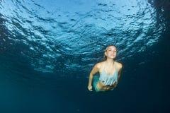Bello operatore subacqueo biondo della sirena subacqueo immagini stock libere da diritti